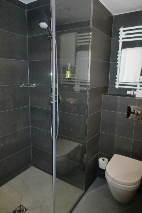 bad mit dusche wc und heizbarem handtuchhalter dormero hotel stuttgart stuttgart. Black Bedroom Furniture Sets. Home Design Ideas