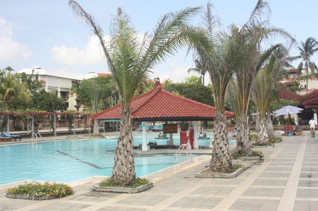 Pool mit swim-up-Bar Hotel Inna Putri Bali  (geschlossen)