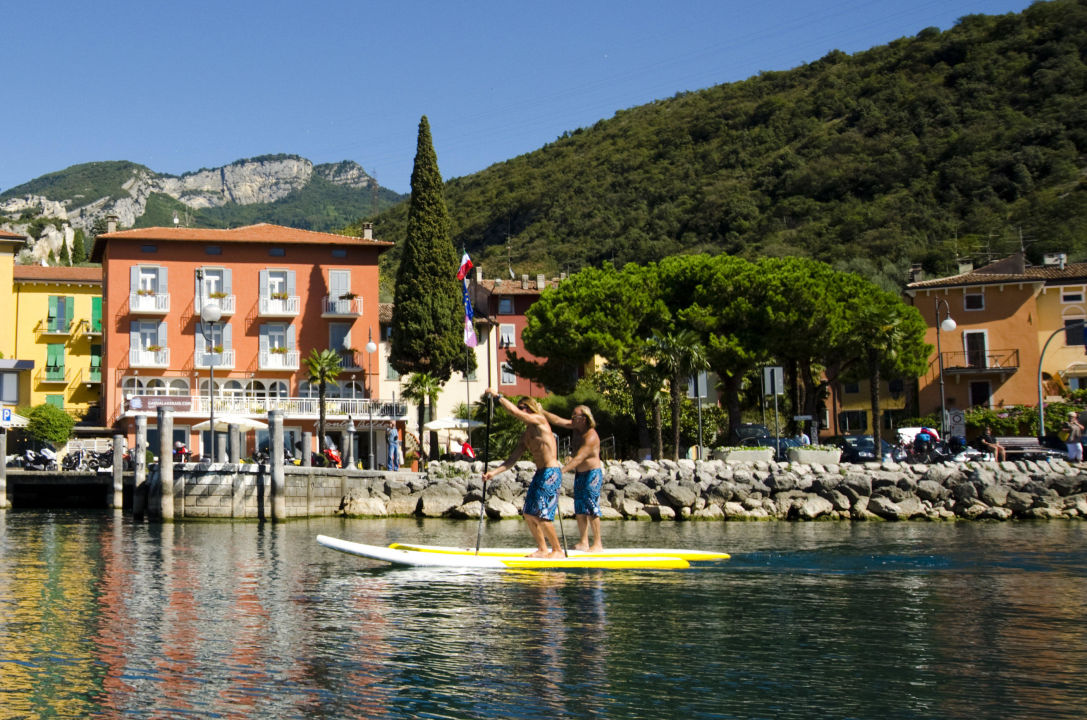Vista da lago con SUP Hotel Monte Baldo