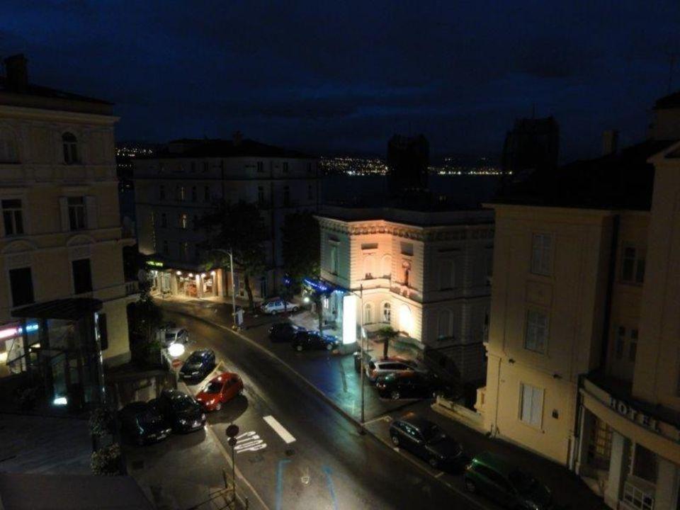Hauptstraße (links) bei Nacht Hotel Astoria by OHM Group