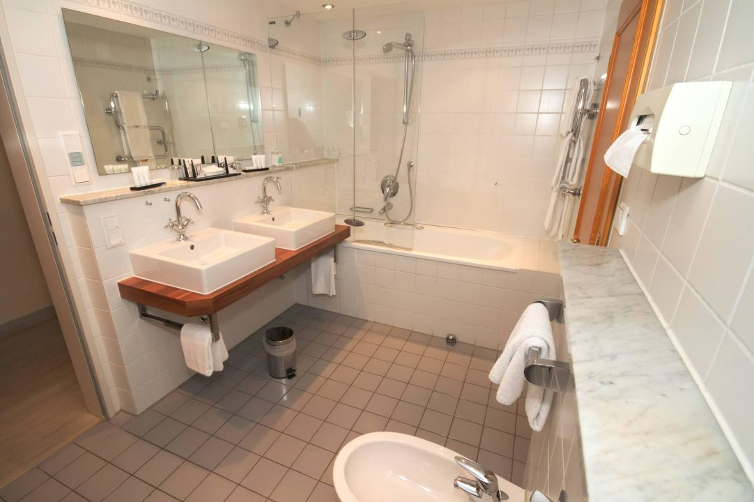 bild badezimmer beispiel suite zu hotel zugspitze in. Black Bedroom Furniture Sets. Home Design Ideas