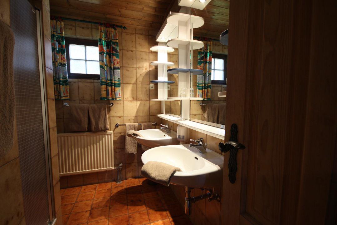 Bild badezimmer ausstattung tal zu feriendorf kirchleitn for Ausstattung badezimmer