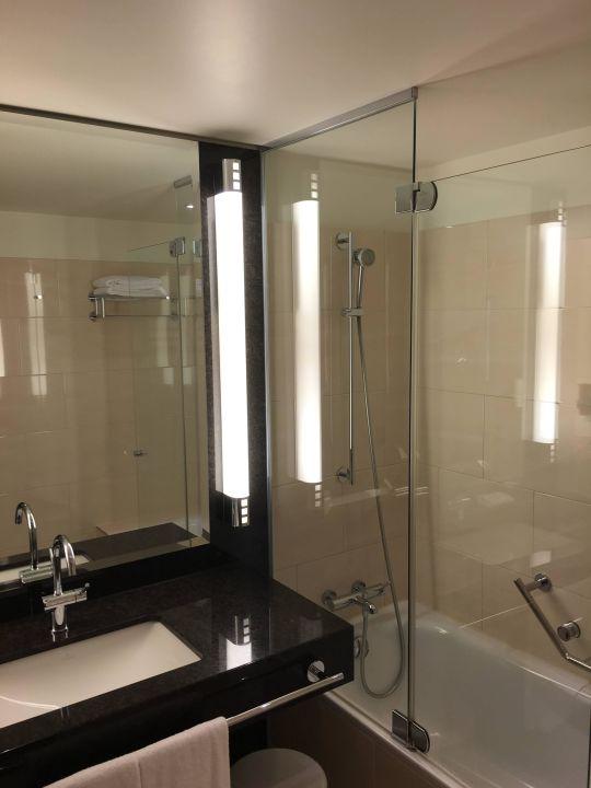 bild badezimmer zu maritim hotel d sseldorf in d sseldorf. Black Bedroom Furniture Sets. Home Design Ideas