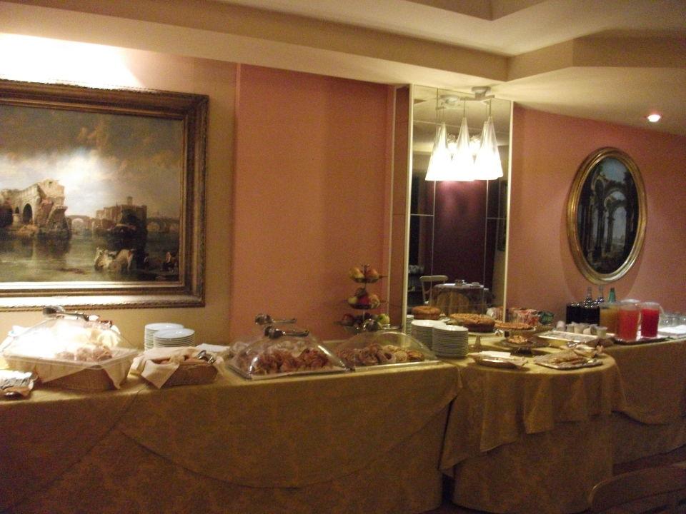 Frühstück - mit viel Kuchen Hotel Londra Cargill