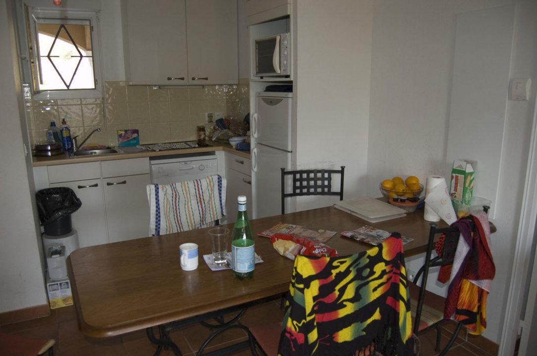 Küche mit Esstisch zusammen im Wohnzimmer Hotel Eurogroup Domaine de ...