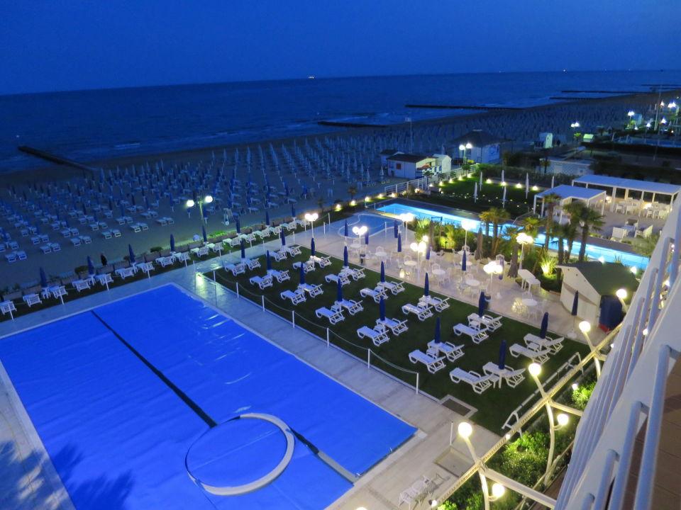 blick vom balkon auf den pool und strand hotel le soleil. Black Bedroom Furniture Sets. Home Design Ideas
