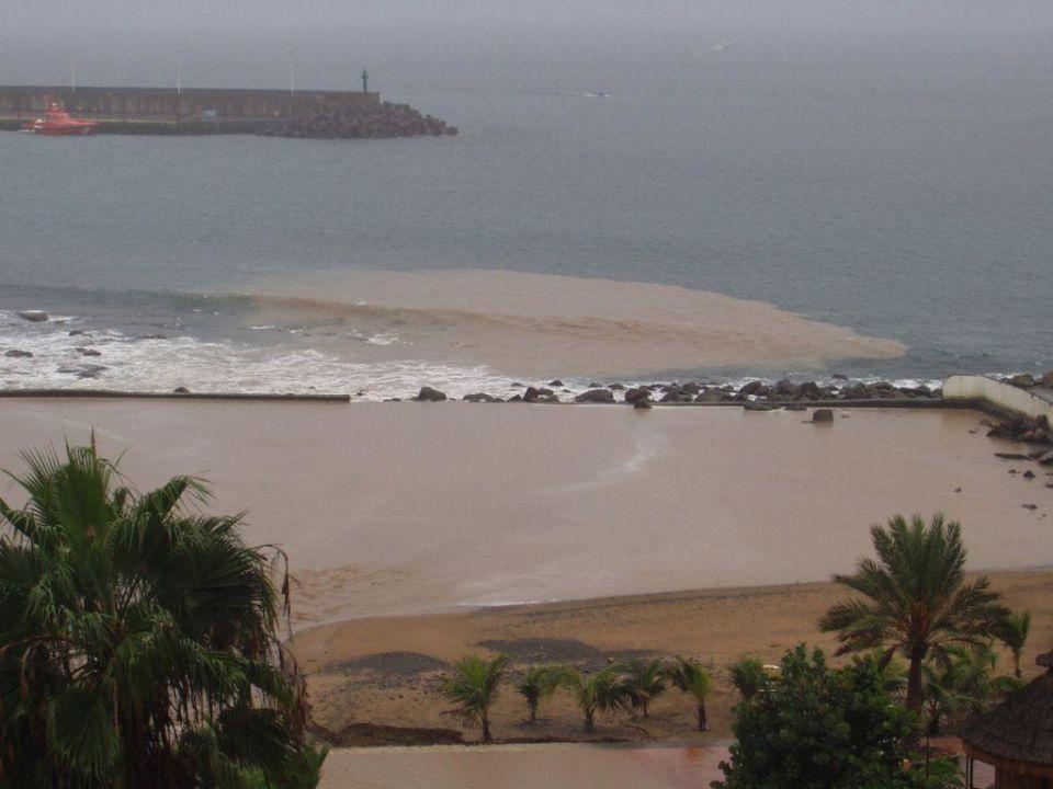 Hotelstrand nach starkem Regenfall Bull Dorado Beach & Spa