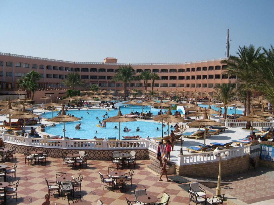 Pool und Hauptgebäude (Strandseite) Beach Albatros Resort