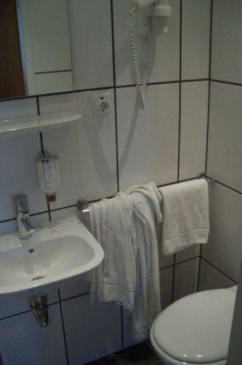 Das kleine aber saubere Badezimmer Hotel Star am Dom