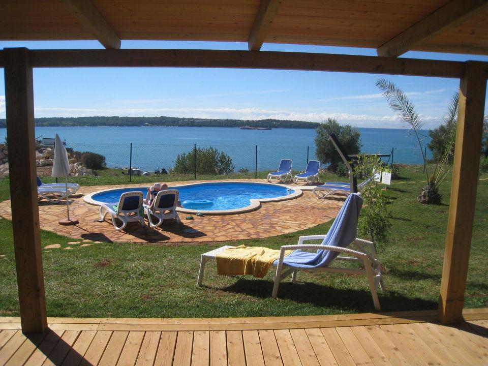 blick von der terrasse auf den pool und meer holiday homes sirena campsite novigrad. Black Bedroom Furniture Sets. Home Design Ideas