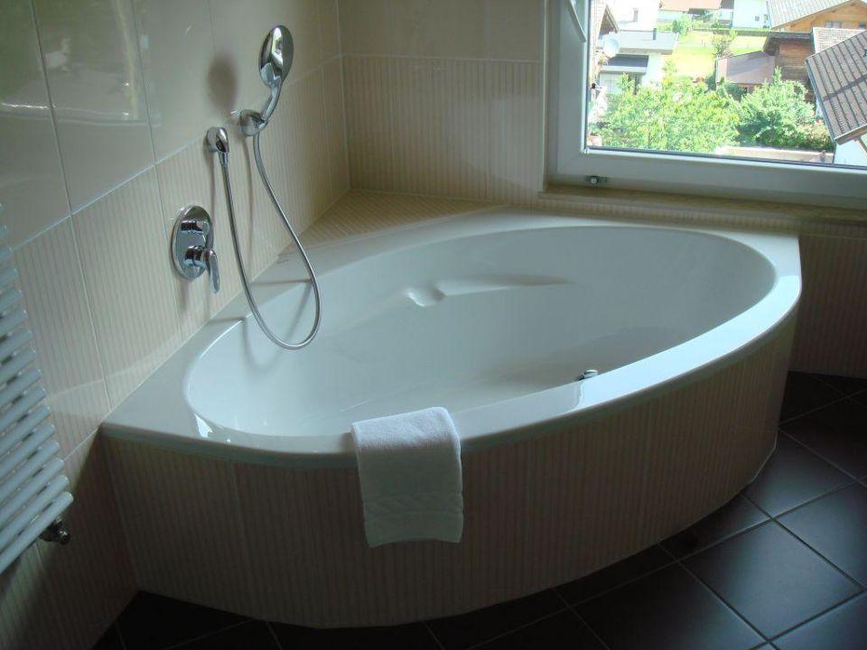 die sch ne grosse badewanne hotel haidachhof f gen. Black Bedroom Furniture Sets. Home Design Ideas