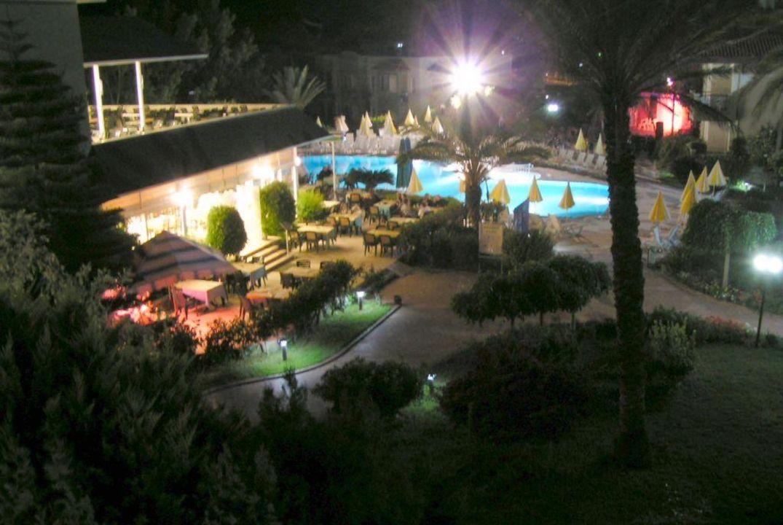 Hauptpool bei Nacht Hotel Gardenia Beach