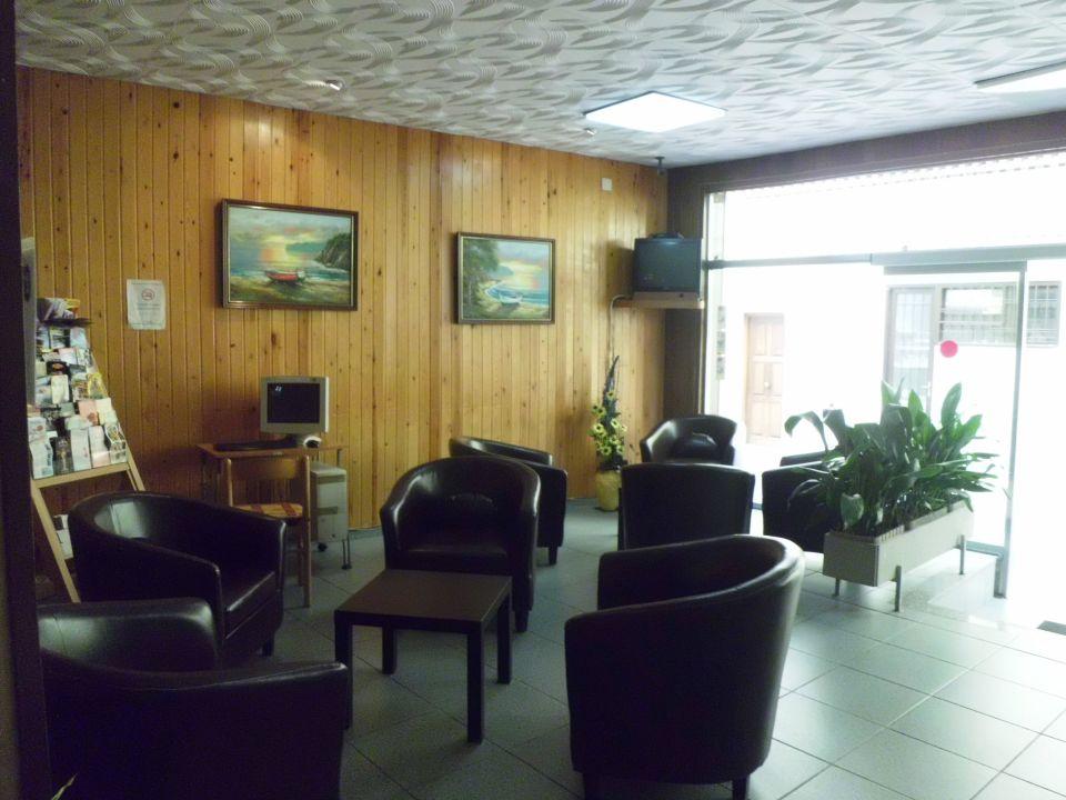Lobby mit PC und Fernseher Hotel Planas