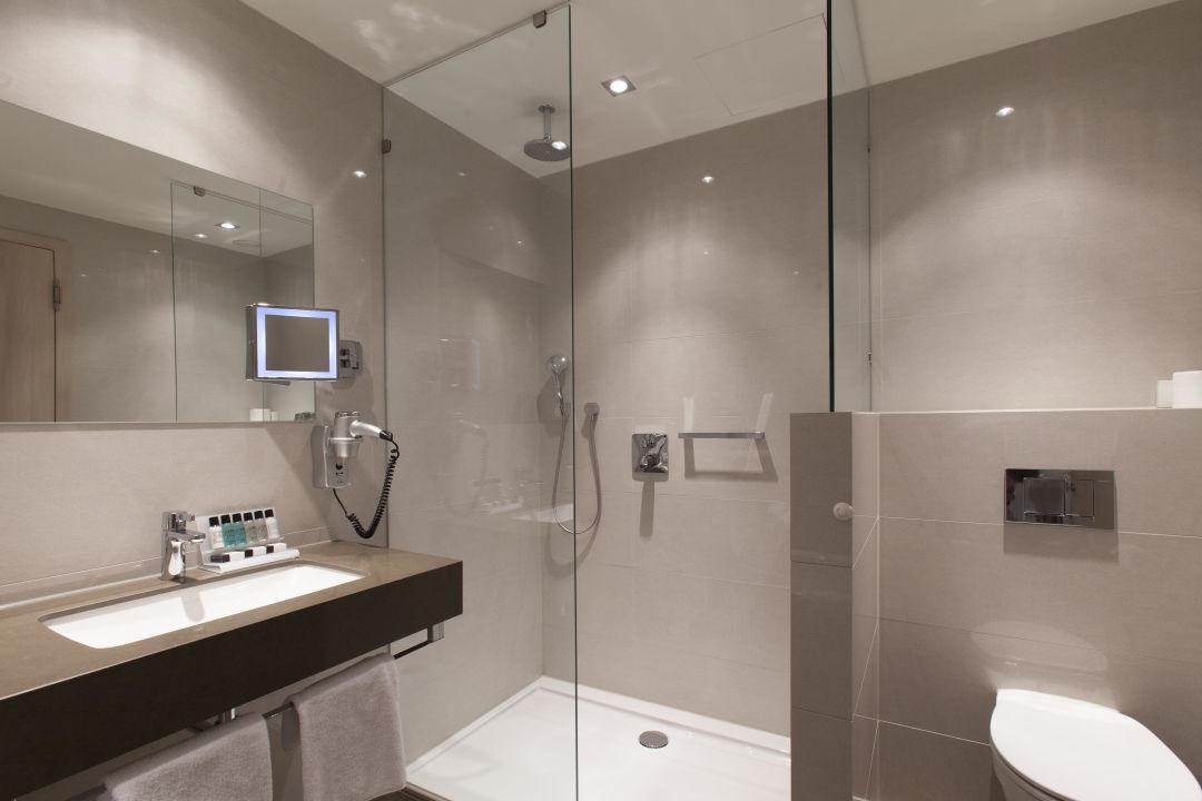 badezimmer comfort hotel van der valk airporthotel. Black Bedroom Furniture Sets. Home Design Ideas