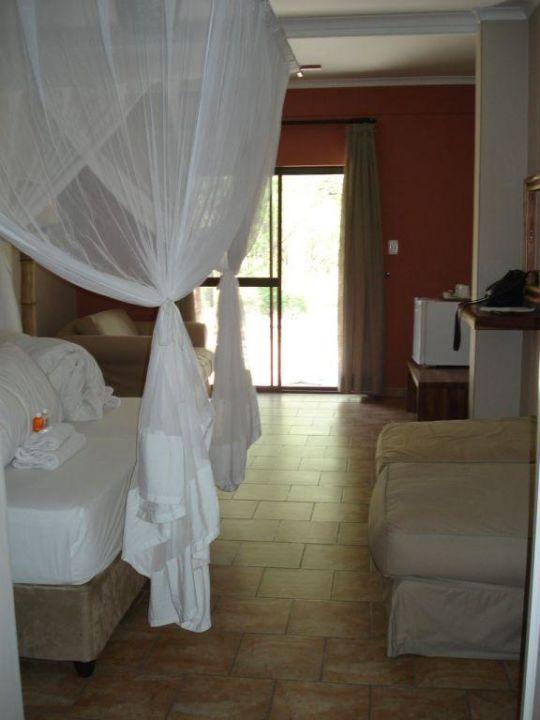 Blick vom Eingang ins Zimmer Hotel Halali Camp