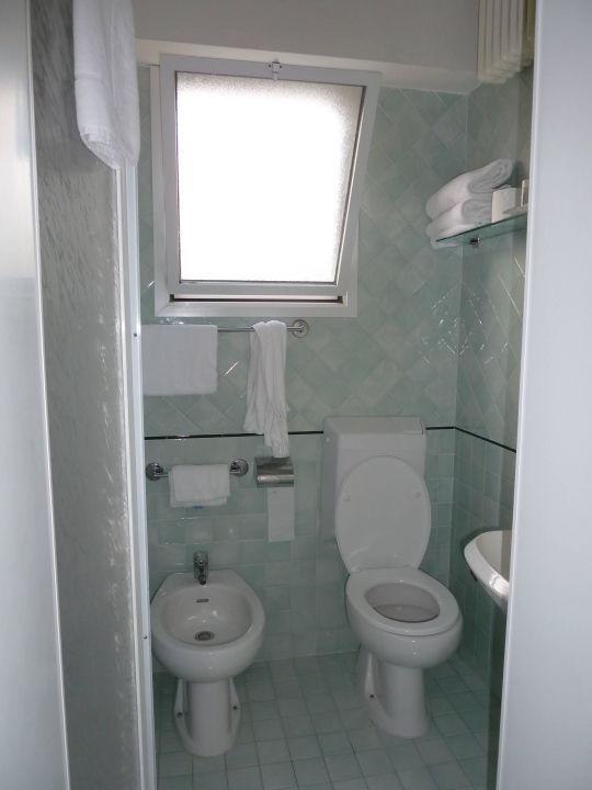 """bild """"badezimmer m. komischer dusche"""" zu park hotel serena in rimini, Badezimmer"""