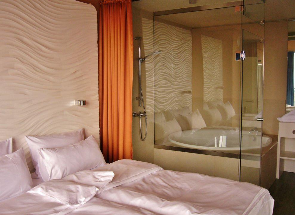 Schlafraum panorama suite mit dusche und rundwanne a ja for Aja resort warnemunde suite