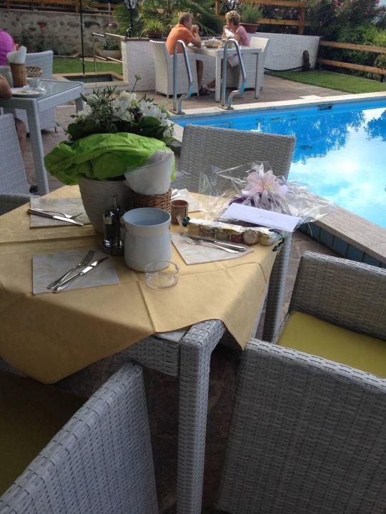 Liebevoll gedeckter Frühstückstisch auf Terrasse Hotel Garni Hubertus