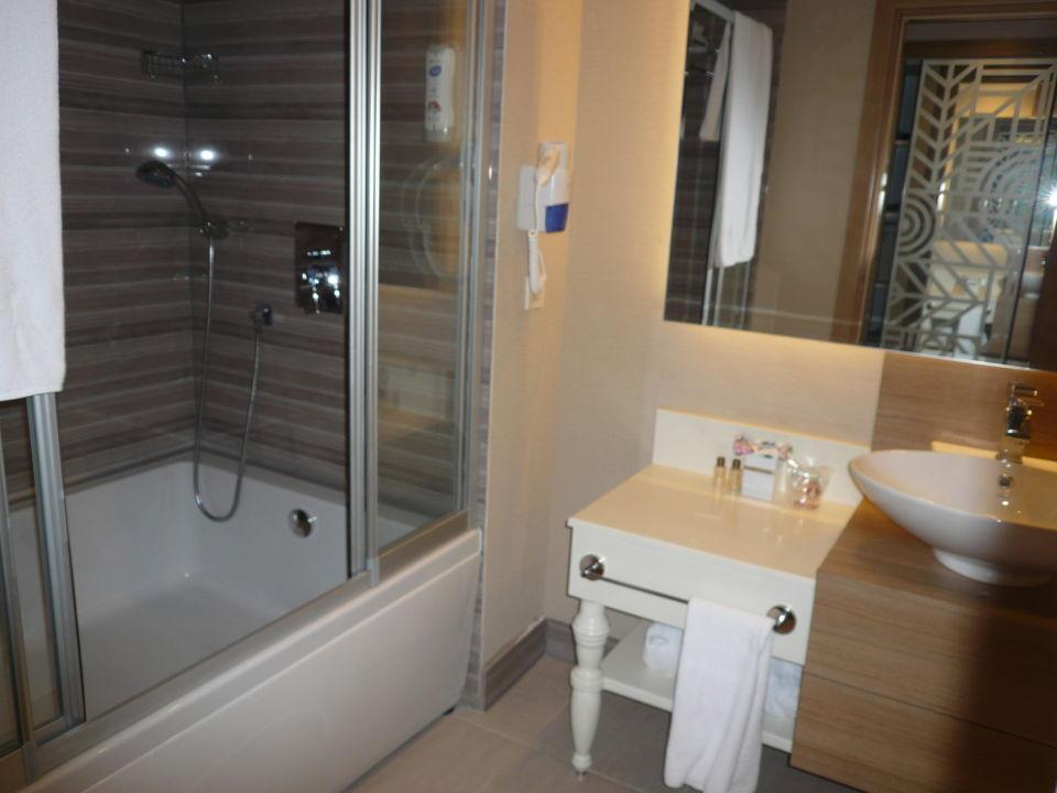 Salle de bain avec douche & bain\