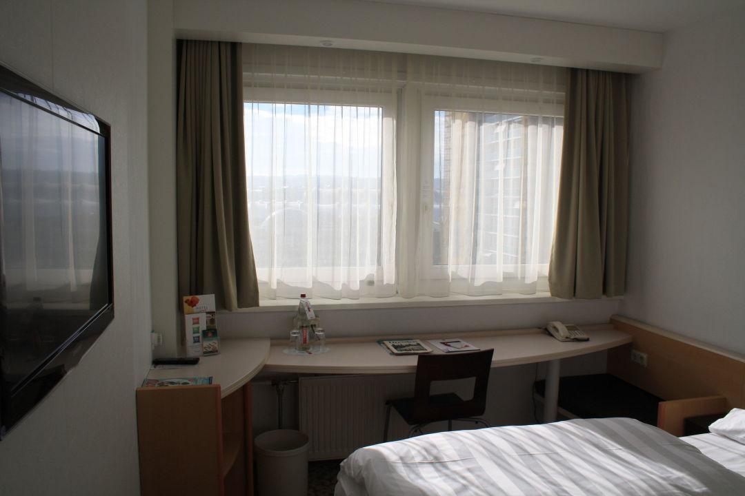 bild modernes kleines duschbad mit breiter dusche zu ibis dresden bastei in dresden. Black Bedroom Furniture Sets. Home Design Ideas
