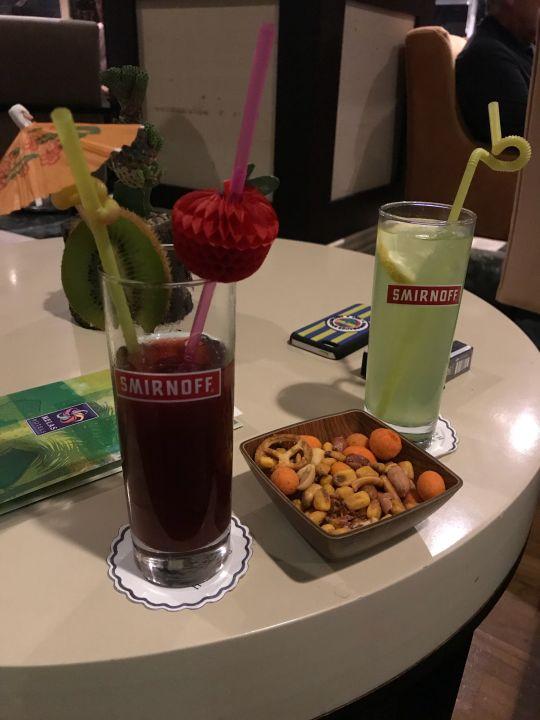 Cocktails und Nüsse