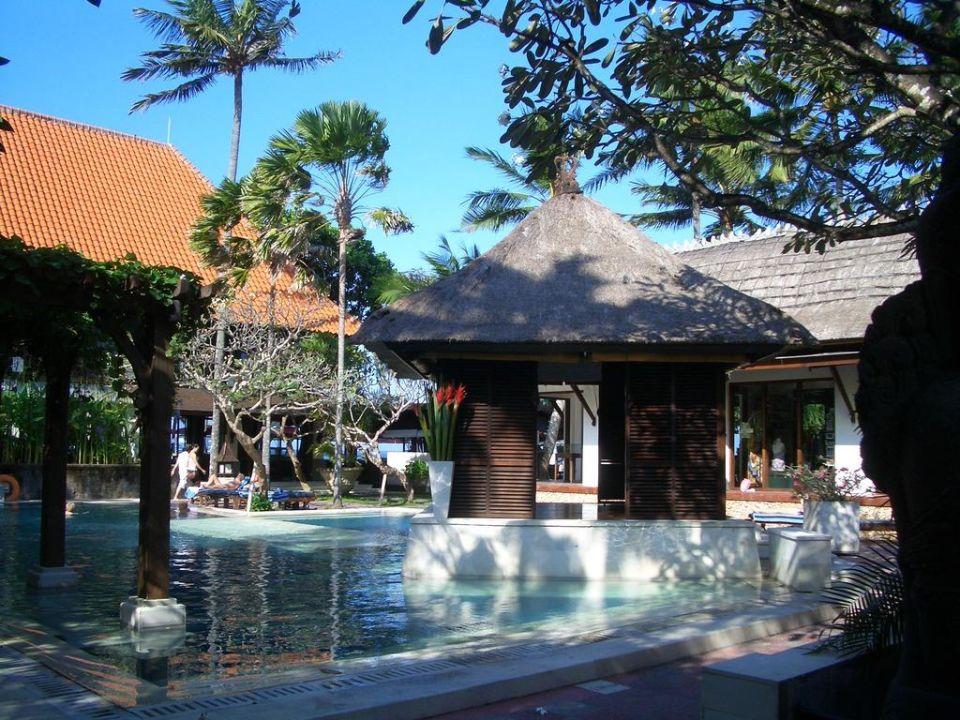 Der Pool zwischen Restaurant, Spa und Shop Puri Santrian