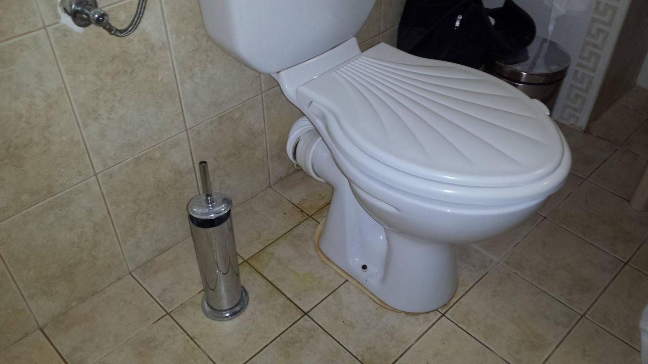 Toilette abfluss das wasser aus in eine weie toilette for Toilette verstopft wer zahlt