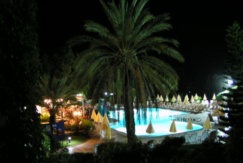 Pool bei Nacht Hotel Gardenia Beach