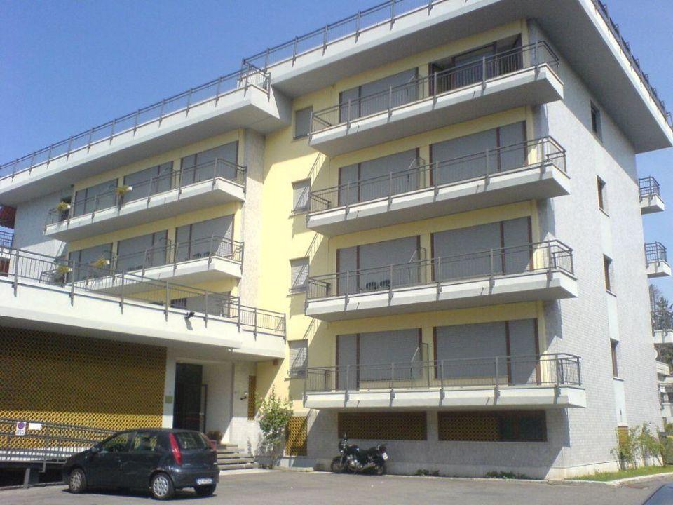 Hotelansicht Landseite mit Eingang und Parkplatz Hotel Europa
