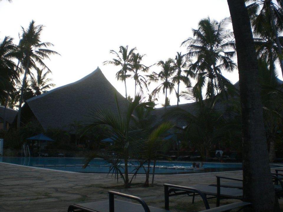 Pool und Restaurant am Abend Bahari Beach Hotel