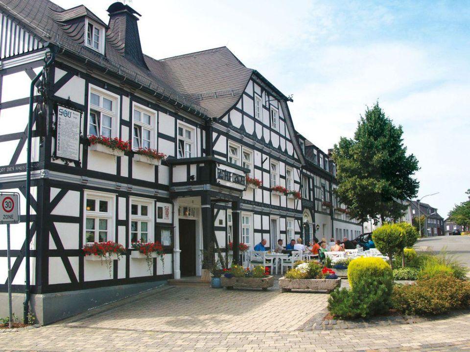 Außenansicht mit Biergarten Landhotel & Gasthof Cramer