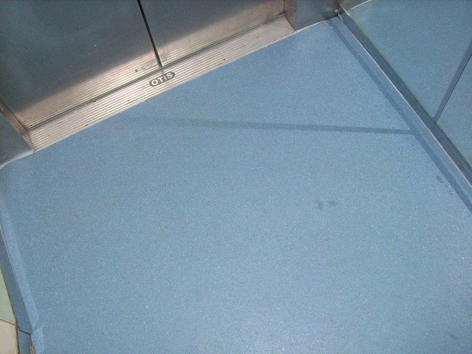 Neuer Boden im Aufzug Hane Hotel