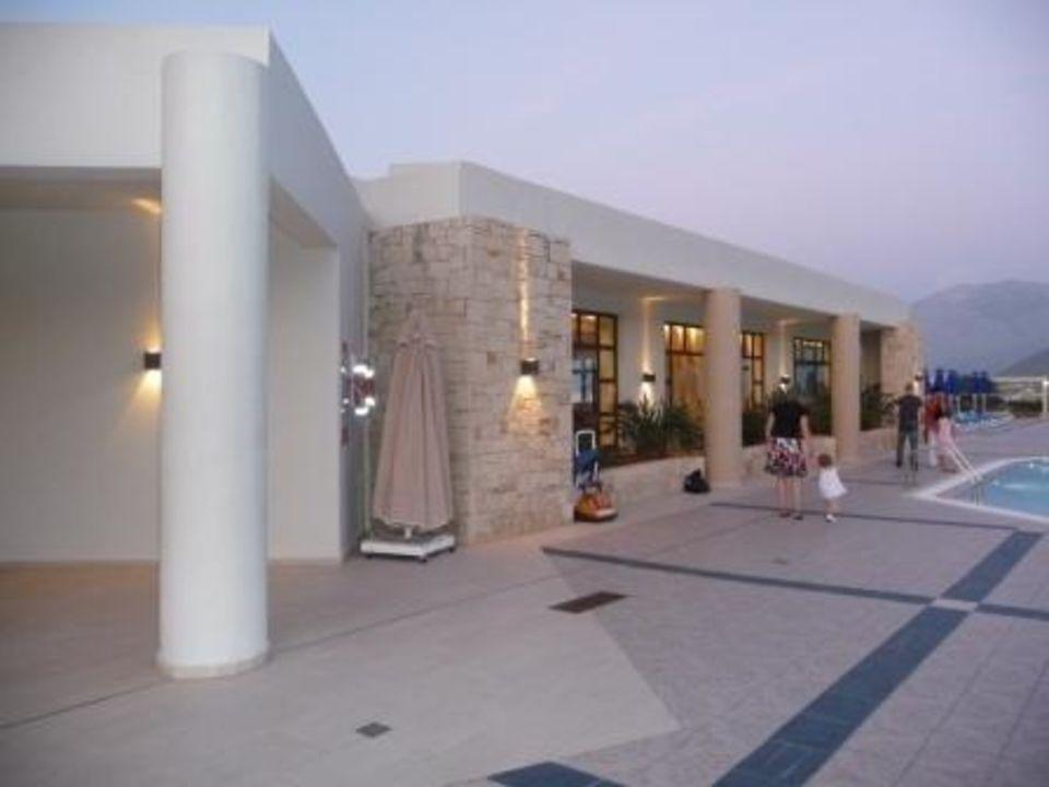 Eingang von der Pool-/Zimmerseite Grand Hotel Holiday Resort