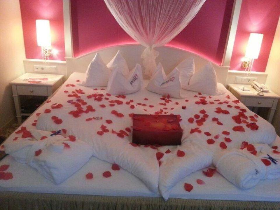 Bild romantische deko bei ankunft mit 39 lovebox 39 zu hotel for Romantische deko