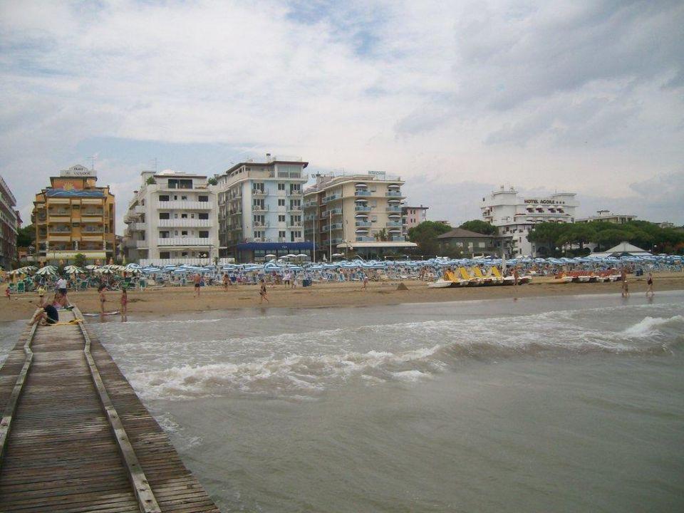 Blick vom Steg auf den Strand Hotel Canarie