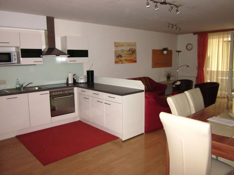 Großer Wohnraum mit Küche, Essplatz und Wohnzimmer\