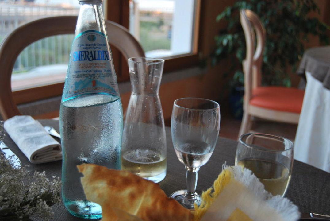Abends bei kühlem Wein und Wasser Alessandro Hotel