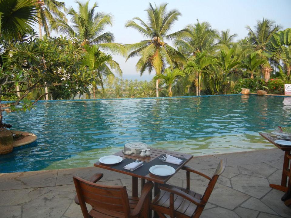 Blick vom Frühstücksbereich zum Meer Hotel Vivanta by Taj Kovalam