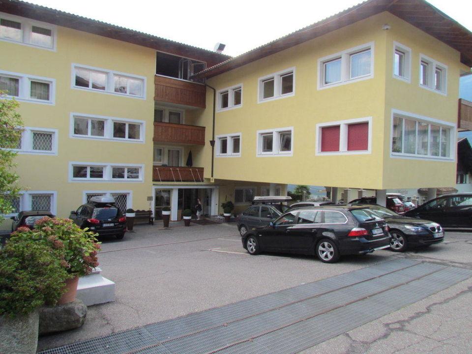 parkplatz hotel taushof scena schenna holidaycheck. Black Bedroom Furniture Sets. Home Design Ideas