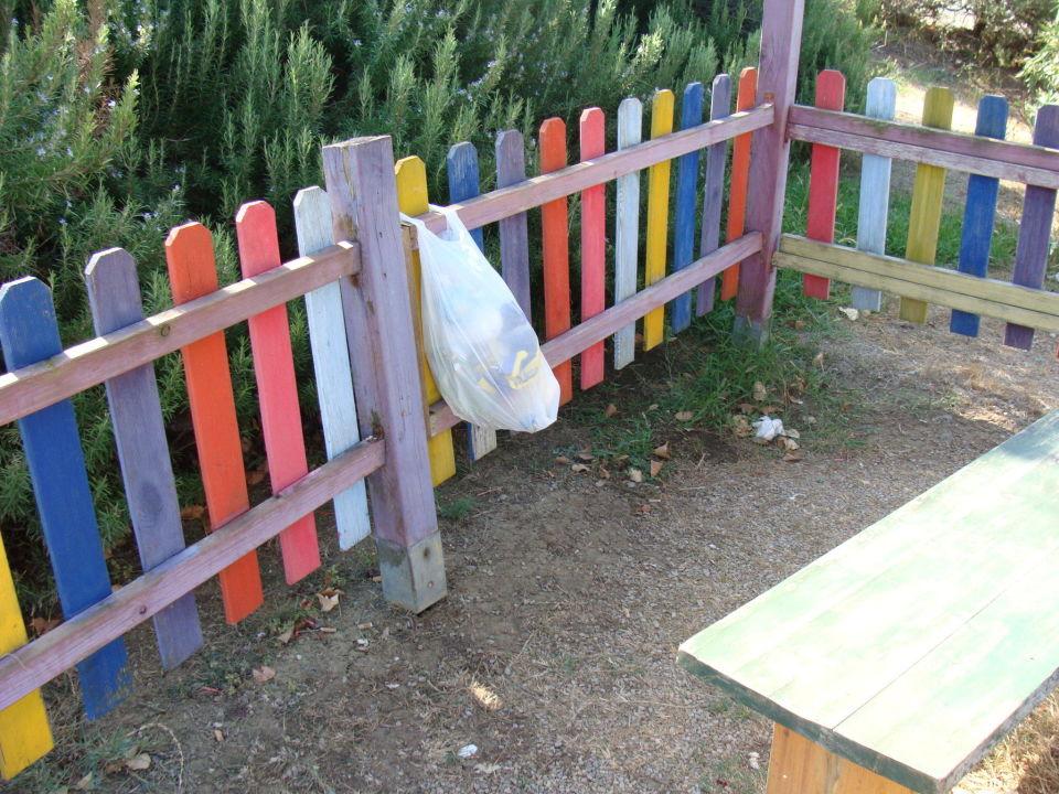 Überall Zigarettenstümmel im Kinderbereich Villaggio Turistico Mare Si