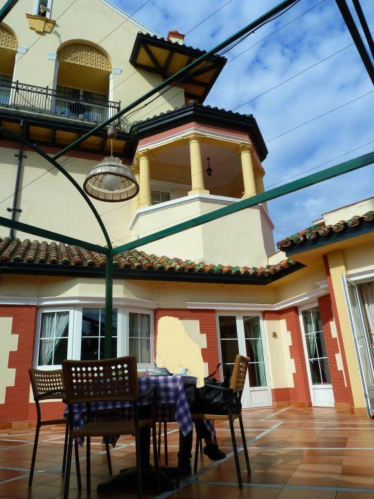 Blick von der Terrasse auf das Hotel Globales Reina Cristina