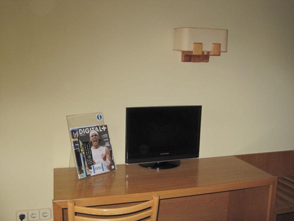 fernseher und kleiner tisch hotel estival centuri n. Black Bedroom Furniture Sets. Home Design Ideas