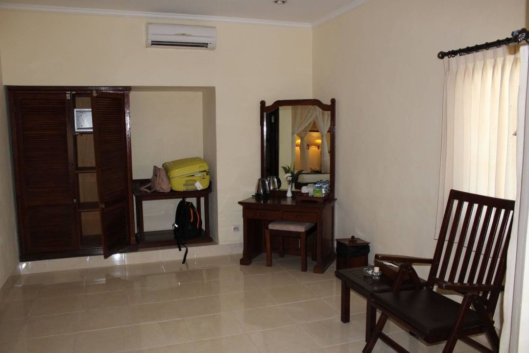 viel platz im zimmer hotel aneka lovina lovina holidaycheck bali indonesien. Black Bedroom Furniture Sets. Home Design Ideas