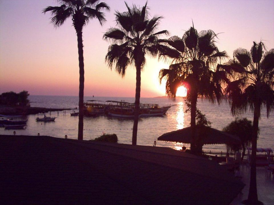 Sonnenuntergang beim Abendessen Lonicera World Hotel