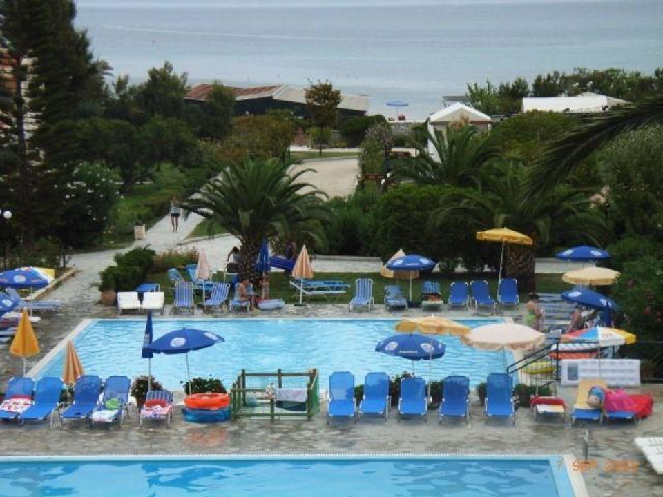 Blick auf den Pool Hotel Roda Beach