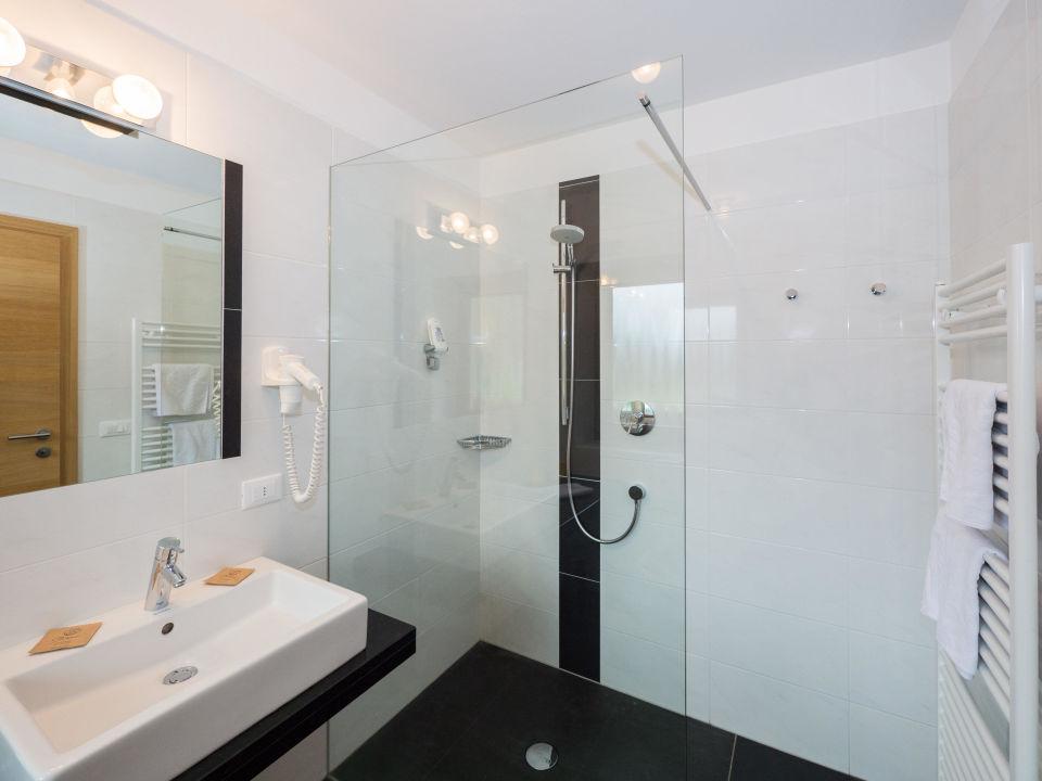 Badezimmer In Naturstein : Bild Badezimmer mit Dusche aus Naturstein zu Hotel Feldrand in