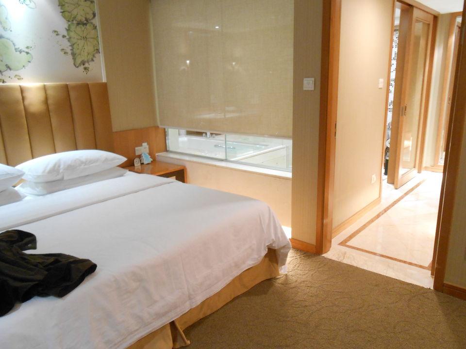 Blick vom Schlafzimmer ins Bad mit Fenster\