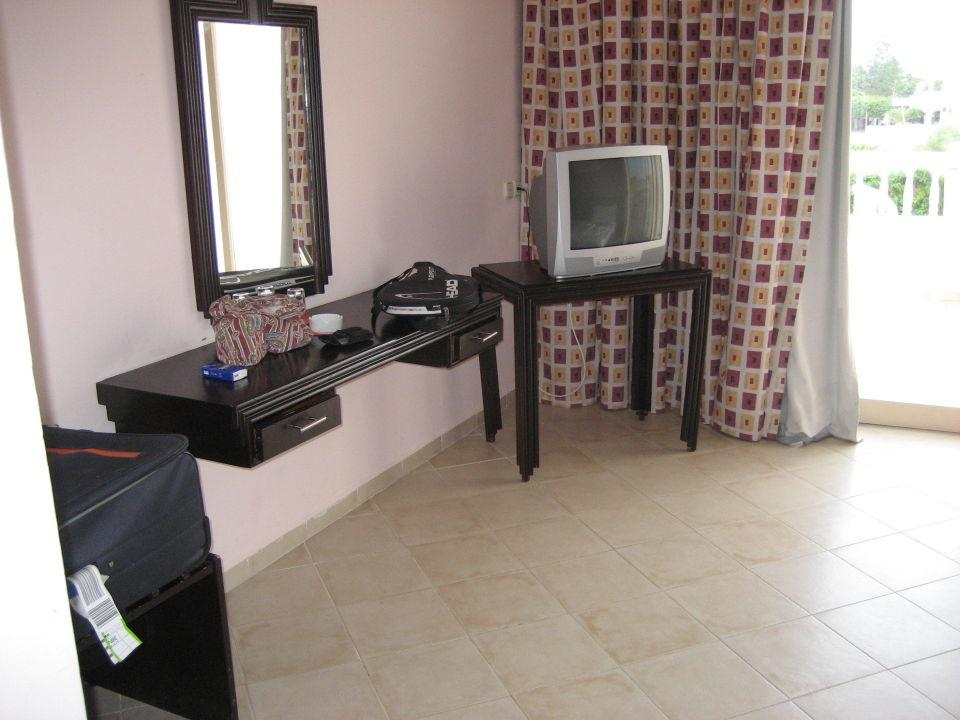 Bild schreibtisch ohne stuhl alter tv zu hotel delphin for Schreibtisch 1 60 m