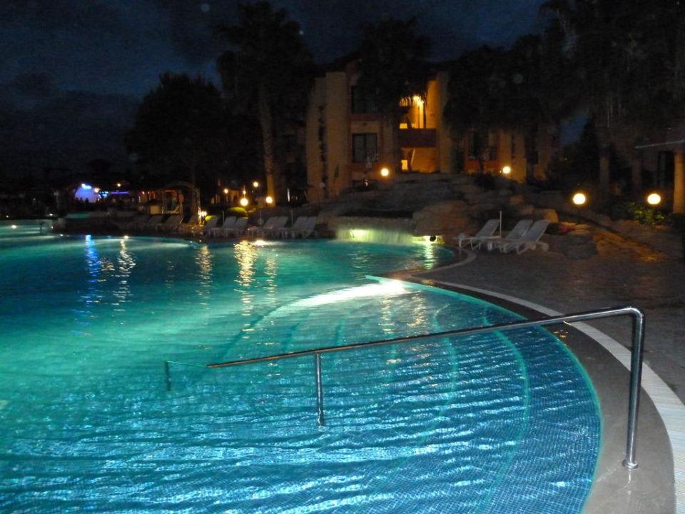 Poolanlage am Abend Hotel Miramare Queen