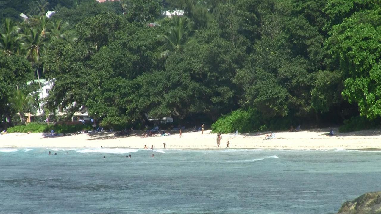 Der Hotelstrand vom Meer aus gesehen Berjaya Beau Vallon Bay Resort & Casino